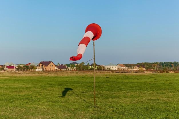 Kegel op de baan op de achtergrond van gras en huizen. kegel op de baan.