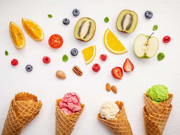 Kegels en kleurrijke verschillende vruchtenopstelling op witte achtergrond.