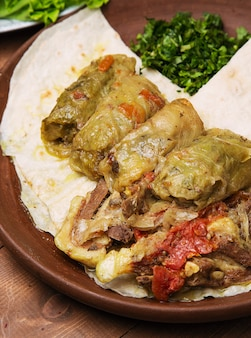 Kelem dolmasi, koolbladeren gevuld met vlees en rijst, met runderstoofpot met groenten in lavash.