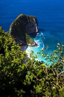 Kelingking strand op het eiland nusa penida in indonesië