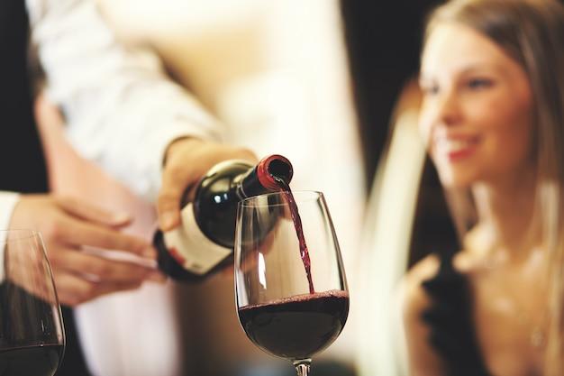 Kelner gieten wijn