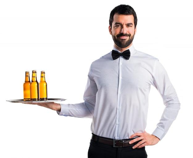 Kelner met bierflessen op de bak