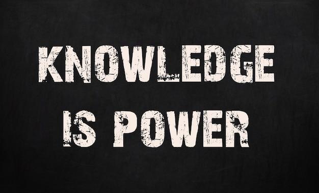 Kennis is macht geschreven op een schoolbord.