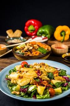 Keramiekplaat van kippensalade met noedels op bureau
