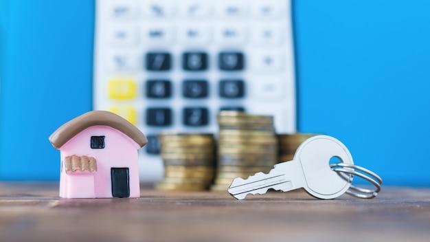 Keramisch model van een huis met de munten en sleutel