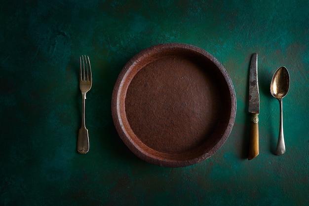 Keramisch tafelgerei aardewerk plaat op grungy