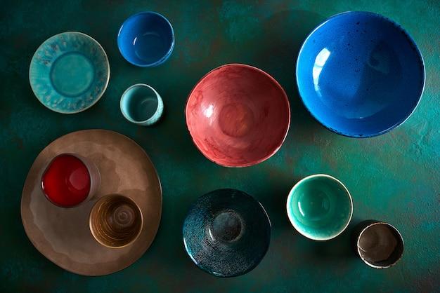 Keramisch tafelgerei borden op grungy