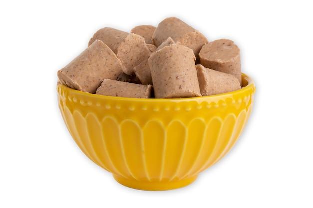 Keramische container met snoep gemaakt van pinda's, in brazilië bekend als paã§oca.