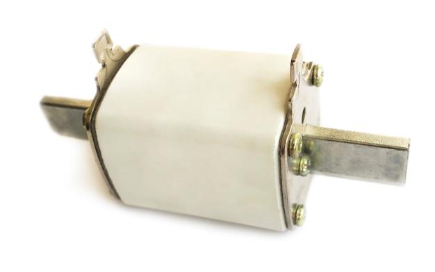 Keramische elektrische zekering voor grote stromen close-up op wit