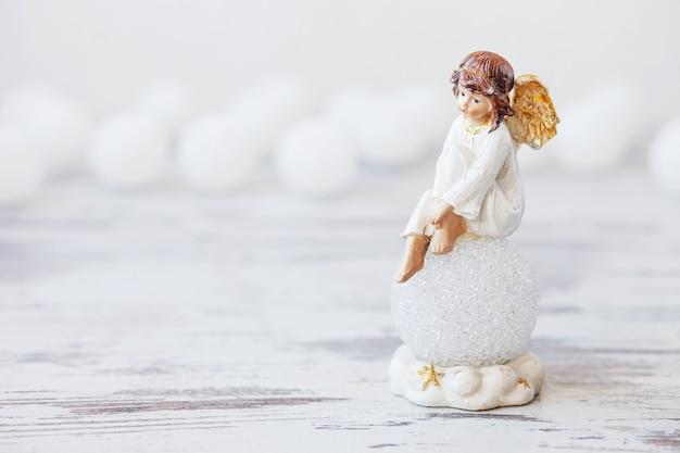 Keramische figuur van engel op licht. kopieer spase.