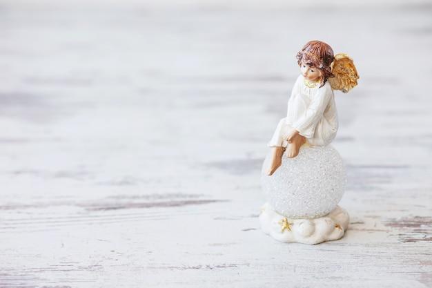 Keramische figuur van engel op licht.