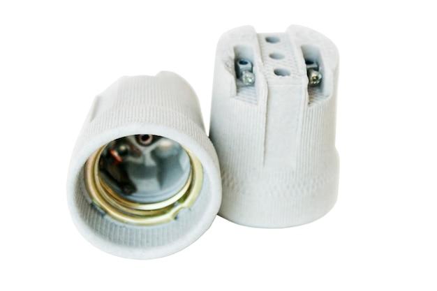 Keramische houders voor gloeilampen op wit wordt geïsoleerd