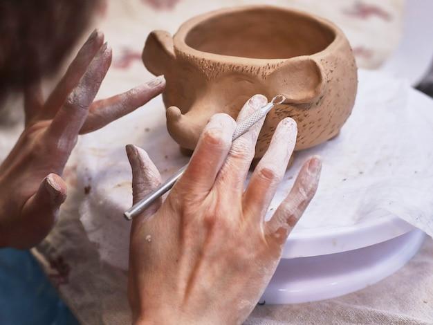Keramische items worden in de hand gemaakt. een kom.
