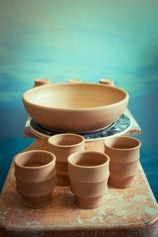 Keramische kleiproducten staan op de plank close-up, macro
