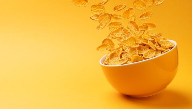 Keramische kom cornflakes met kopie ruimte