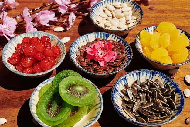 Keramische kommen met snacks