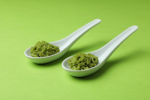 Keramische lepels met wasabi op groen