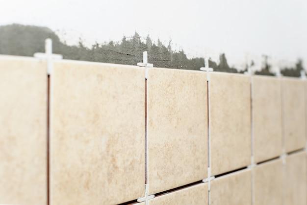 Keramische tegels op de muur.