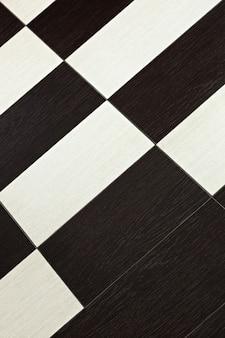 Keramische tegels op de vloer in de kamer thuis