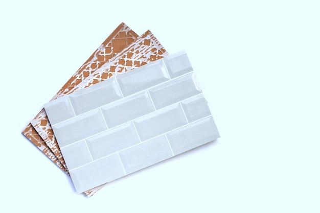 Keramische tegels op witte achtergrond.