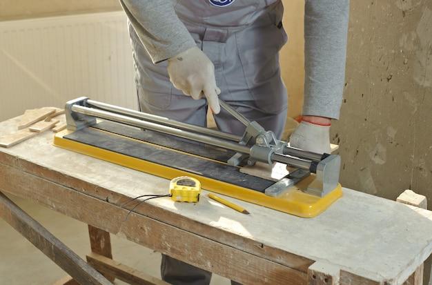 Keramische tegels snijden.