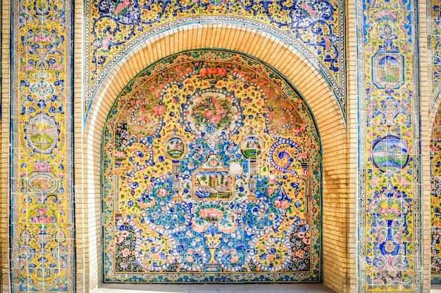 Keramische tegelwerkkunst aan de buitenkant van het golestan-paleis. teheran, iran