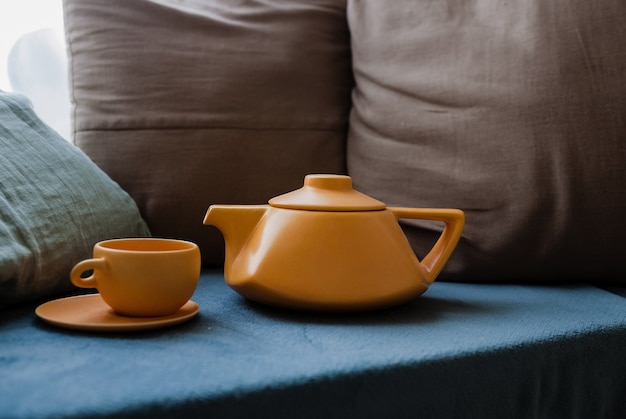 Keramische theepot met kopjes. moderne theepot. thee brouwen. keuken accessoires. heldere foto. keramische theepot. thee ceremonie