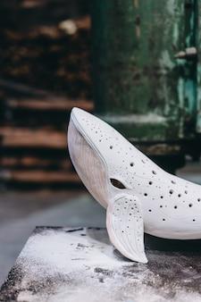 Keramische walvis in een pottenbakkerij, afgewerkt product. weergave sluiten