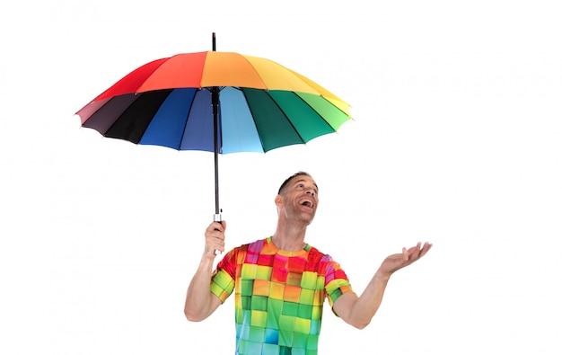Kerel die een kleurrijke regenboog houdt.