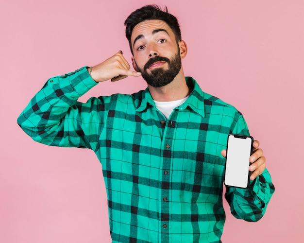 Kerel die telefoongesprekhandgebaar maakt