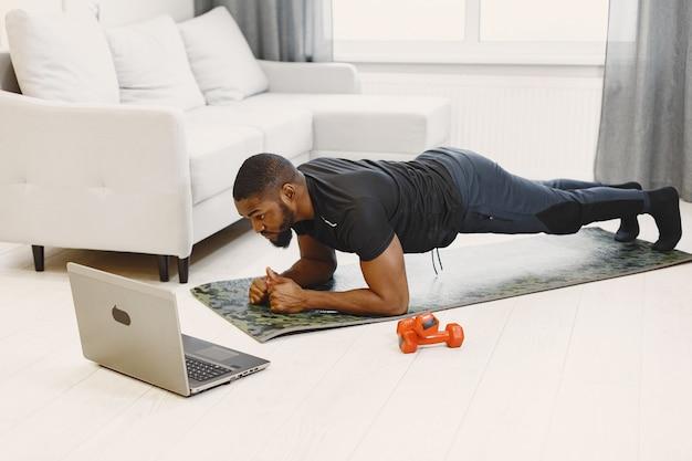 Kerel die thuis traint
