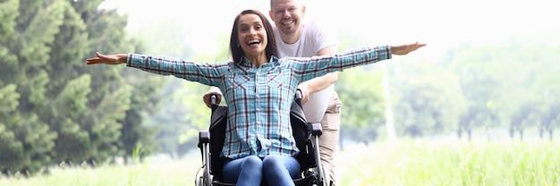 Kerel draagt vrolijke vrouw in rolstoelclose-up