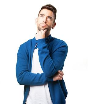 Kerel in een blauwe jas denken