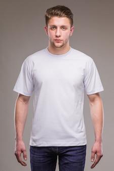 Kerel in wit t-shirt