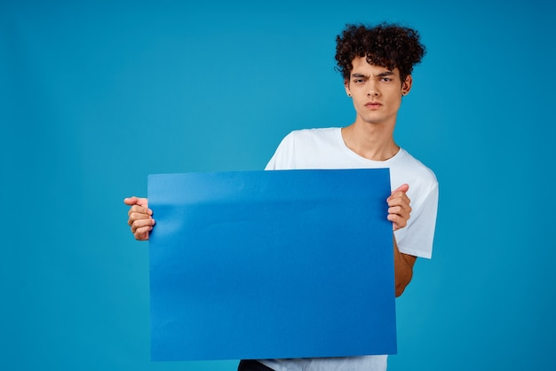 Kerel in witte t-shirt blauwe poster reclamebanner