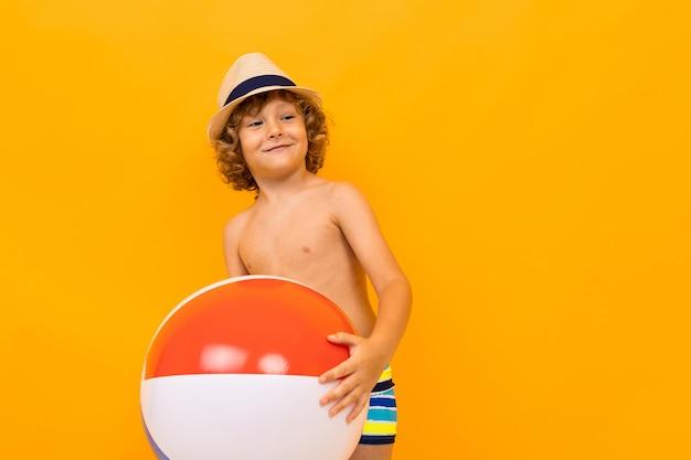 Kerel in zwembaden met een zwemmende bal