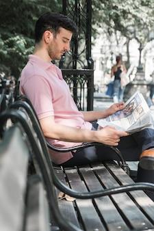 Kerel krant lezen op straat