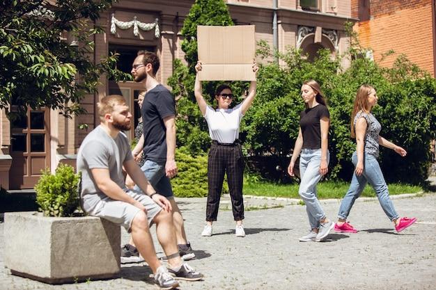 Kerel met bordje vrouw staat te protesteren tegen dingen die haar irriteren solo-demonstratie haar gelijk