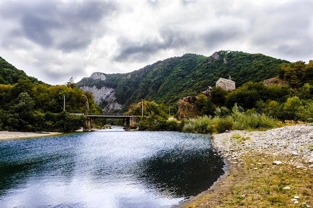Kerk dichtbij een bergrivier