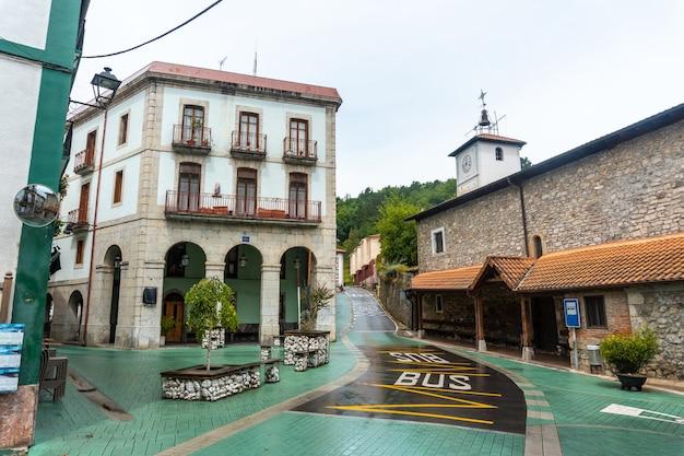 Kerk en stadhuis van de gemeente ea bij lekeitio, golf van biskaje in cantabrië. baskenland