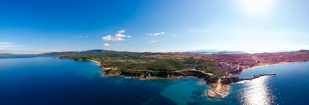 Kerk en zee met strand en bergen in nea roda, chalkidiki, griekenland