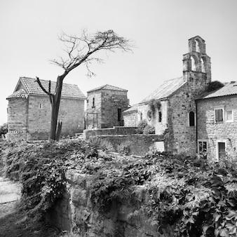 Kerk in de oude stad van budva, montenegro. zwart-wit afbeelding