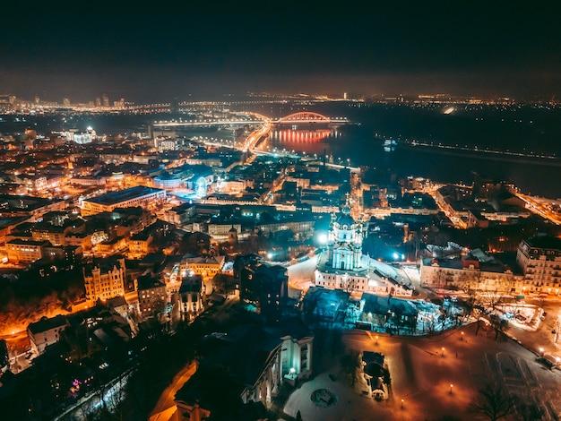 Kerk in het centrum van kiev 's nachts in de winter