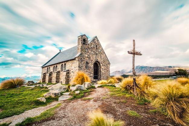 Kerk in het midden van het veld