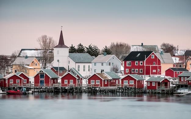 Kerk in nordic dorp op kustlijn in reine