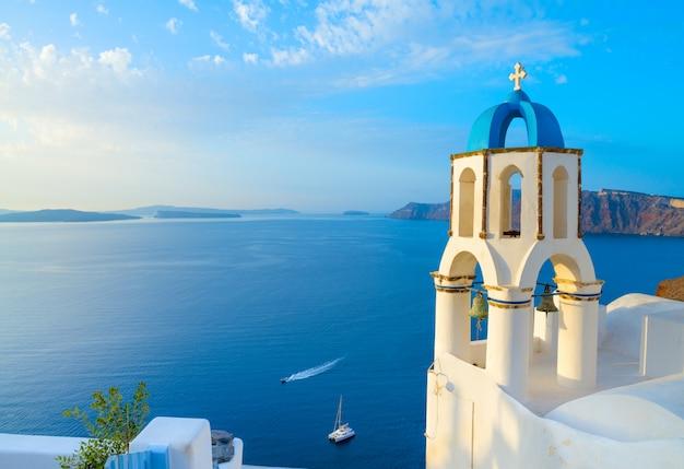 Kerk in oia met traditionele klokketoren, santorini, griekenland