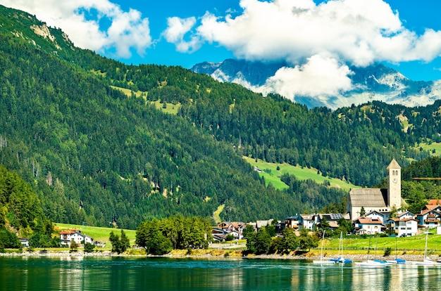 Kerk in reschen am see in zuid-tirol, italiaanse alpen