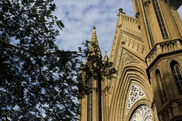 Kerk met een lucht op de achtergrond