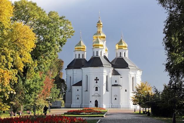 Kerk met gouden koepels in een herfstpark
