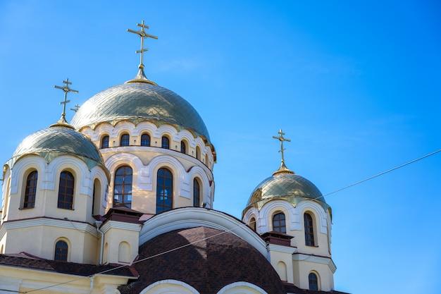 Kerk met koepels tegen de hemel